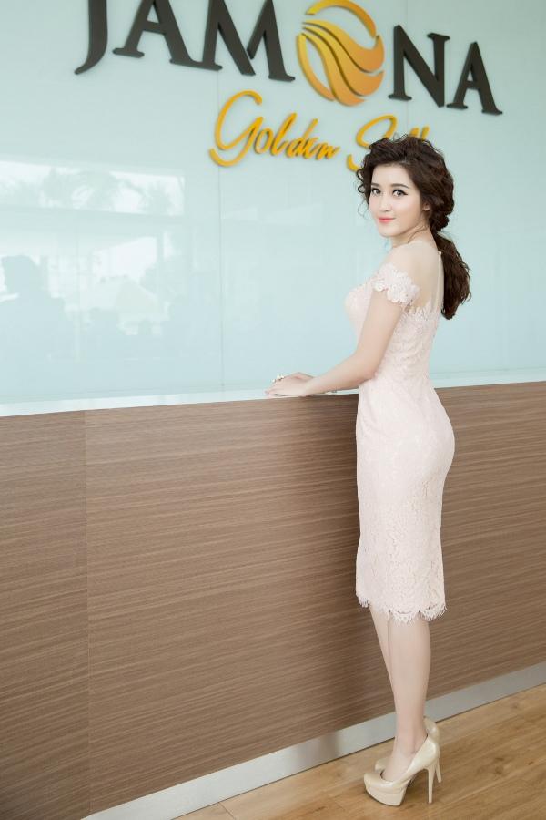 Huyền My tham quan văn phòng bán hàng Jamona Golden Silk